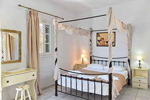 Rooms with vintage decoration at Sifnos