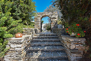 The entrance at Giannakas studios in Platis Gialos of Sifnos